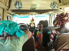 Transportes africanos (agu!) Tags: lugares gente senegal sngal nio chaval boy kid child mams moms autobs bus balones pelotas balls africano african sonrisa smile