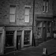 Ye olde Starbuck's (Bilderwense) Tags: edinburgh uk gb greatbritain unitedkingdom scotland street streetphotography oldtown beautifuledinburgh myedinburgh grosbritannien schottland bnw bw sw schwarzweiss schwarzweis blackandwhite monochrome monochrom einfarbig architecture architektur vintage retro old coffeeshop