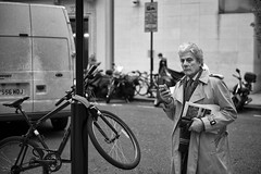 Bike Man (Foto John) Tags: leicam240 leicam leica leicamtyp240 rangefinder summicronm50mmƒ2iv blackwhite blackandwhite blackandwhitethatsright monochrome streetphotography man people person journalist london uk