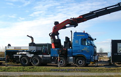 Volvo FH low loader unloads site office (sms88aec) Tags: volvo fh low loader unloads site office