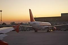Voyages faciles (Marc Laroche/Niepceetdaguerre) Tags: venise avion easyjet tourisme marcopolo décollage aéroport soirdété