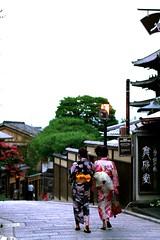 Kyoto - Higashiyama (*maya*) Tags: wood streets japan ancient kyoto traditional maiko geisha kimono obi gion oldtown strade teahouse kiyomizudera giappone legno japanesegirl strolling vicoli ochaya higashiyama sannenzaka ninenzaka tradizione casadatè