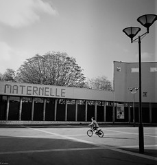 Paris 20me (emilie balan) Tags: blackandwhite paris rolleiflex kodak streetphotography 400tx flou cole mouvement
