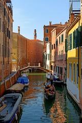 Venice / Rio De Malpaga / Ponte della Turchette (Pantchoa) Tags: venise vnrie italie rio canal pont riodemalpaga pontedellatuchette d7100 nikkor 18140mmf3556 gondole gondolier tourisme barques bateaux fades architecture nikon