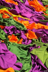 Sarong - Temple d'Uluwatu - Bali (Caro ) Tags: sarong tissu couleur bali temple uluwatu orange vert violet indonsie