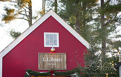 What's a Maine Christmas without Beans? (grilljam) Tags: llbean christmasvillage december2016 winter santasworkshop barn