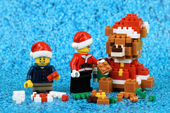 Building a Christmas Bear (Lesgo LEGO Foto!) Tags: lego minifig minifigs minifigure minifigures collectible collectable legophotography omg toy toys legography fun love cute coolminifig collectibleminifigures collectableminifigurex'mas christmas bear christmasbear xmasbear gift gifts building build nanoblocks nano blocks nanoblock