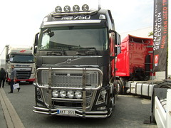 Volvo FH 16- 760 PS ... (bayernernst) Tags: 2014 september 29092014 sn203745 deutschland niedersachsen hannover messehannover messe iaa nutzfahrzeugiaa technik nutzfahrzeug nutzfahrzeuge kraftfahrzeuge kraftfahrzeug kfz lkw truck volvo volvotruck volvofh16 volvofh16760 sattelzumaschiene szm kontrast rot