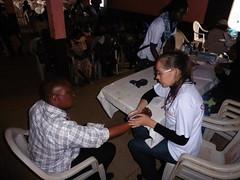 Janine mit Blutdruck bei Mann in Babouantou