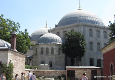 Sultan Tombs in Hagia Sophia (Landahlauts) Tags: friedhof cemeteries cemetery grave museum architecture turkey death arquitectura cathedral niche minaret islam faith religion cementerio tomb catedral istanbul mosque graves muerte dome panteon mezquita museo fe pillars hagiasophia tombs masjid cimetiere cimetire camii ayasofya mezarta musulman mezarlik cemeterie religin aghiasophia creencia sanctasophia kadirga alminar kabristan   ayasofyacamii ayasofyamzesi  semidomes almuedano merzalik merzarlarin detler llerin mezarlarn abdesteme