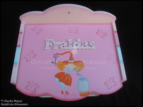 "Fraldário, cesta, moldura e placa de porta ""Cute Little Witches"""