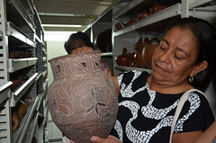 Ceramista kadiweu conhecendo o acervo de cerâmica do MI (MUSEU DO ÍNDIO / página oficial) Tags: do museu rj arte cerâmica da botafogo terra suruí indígena índio asurini seminário terena karajá ceramistas etnias