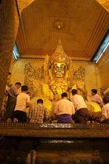 DSC_2501 [1024x768] (Ici, là-bas et ailleurs...) Tags: statue temple buddha myanmar asie mandalay priere birmanie habitant mahumani