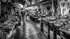 Dernire minute (Tur3ine) Tags: fujix20 fujifilm fuji x20 nb bw street market marche march palerme palermo italia italy italie sicile sicilia