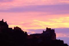 autumn sunset 02 (byronv2) Tags: edinburgh edimbourg edinburghbynight night nuit nacht oldtown scotland northbridge bridge cityscape castle chateau schloss sunset dusk twilight red pink purple clouds