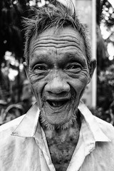 Street portrait (-clicking-) Tags: streetphotography streetlife streetportrait old oldman eld elderly elderlyportrait eldportrait blackandwhite blackwhite nocolors monochrome monotone bw smile traces tracesoftime tracesofage tracesoflife life dailylife portrait faces visage