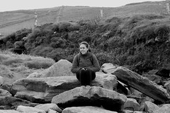 Lady on the rocks (Ondeia) Tags: ireland irlanda irlandando bianco bn bw cliff cliffs clare moher