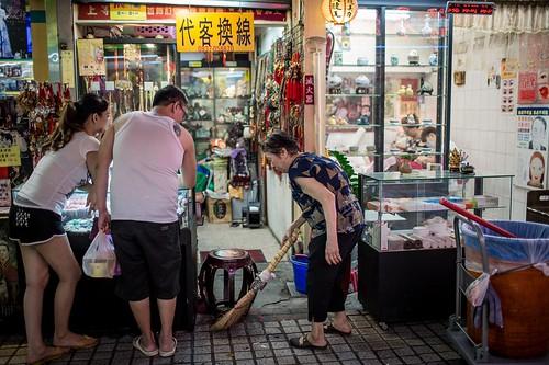 人來人往的華西街,這位阿婆在我眼裡格外顯眼,看著她年事已高,駝著背拉著垃圾桶,一步一步的慢慢的在這個街區打掃,究竟是什麼樣的動力,讓她能這樣賣力?我沒上前詢問,只是靜靜的站在她前面拍下她的身影。