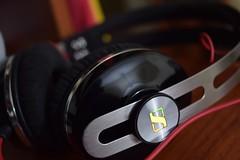Oidos laborales (0rphen.) Tags: d5300 sennheiser momentum nikon 1855mm headphones logo logotype music close
