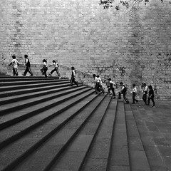 museo nacional de antropologia steps (dr_scholz@ymail.com) Tags: museum museonacionaldeantropologia nationalmuseumofanthropology schoolclass wall stairs children line brick brickwall graphic geometry leicam9 superelmarm21mmasphf34 superelmarm21mmf34 carlzeiss