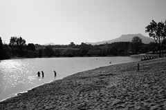 La Rhune vue du lac de Saint Pe sur Nivelle (J D L R) Tags: white black blanco saint montagne noir sony negro lac sur alpha bianco blanc nero pyrnes 58 rhune nivelle pe