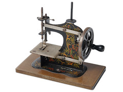 1966-051-006 (STUDIO ALIJN) Tags: game metal museum de toy toys play het stitching op van met huis een ghent gent spielzeug jouet spiel uit spel jeu spelen jouets spiele speelgoed jeux naaien stitcher huisvanalijn miniatuur naaimachine alijn stitchingmachine spielzeuh kindernaaimachine stikmachine