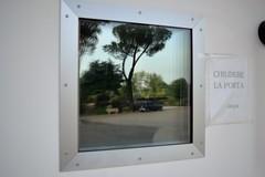 renault 4 in riflesso / reflection of renault 4 (Vincenzo Elviretti) Tags: renault 4 riflesso procarni genazzano azienda capannone chiudere la porta grazie