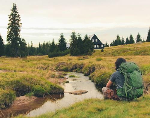 Imagínate que luego de mucho viajar te regalan una cabaña al lado del río y te dan a elegir si o si : a) seguir viajando por todo el mundo para ver si hay algo mejor, o b) quedarte allí y ser feliz por el resto de tu vida. ¿Qué eligirías?  // Imagine that