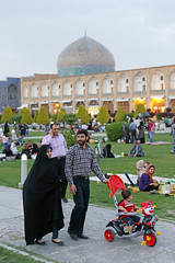 Friday afternoon at Naqsh-e Jahan Imam Square in Isfahan (Jeppe Schilder Photography) Tags: family schilder canon photography asia picnic fotografie iran middleeast persia friday isfahan jeppe naqshejahanimamsquare jeppeschilder