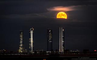 Luna llena Octubre. Luna del cazador Cuatro Torres Madrid.