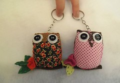 Chaveiros coruja (Cida Artes) Tags: floral botão fuxico coruja poa tecido chaveiro lfeltro