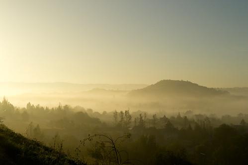 Saint-Mayme. La collina nella nebbia