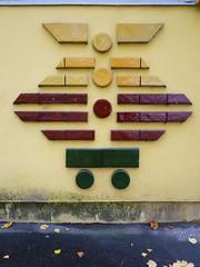 Die Eule. / 21.10.2016 (ben.kaden) Tags: berlin marzahn kunstambau kunstderddr kunstimffentlichenraum gundawalk sdspitze 1978 tiermotive keramik marchwitzastrase 2016 21102016