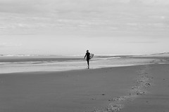Grand air (Solne Tarrieu) Tags: portrait beach bw blackandwhite horizon surfer homme surf male openair men seaside zen sweet inspiration plage fujifilm instant paysage calme ocan bigspace edgeofthewater xpro2