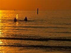 jeu d'eau (Marc ALMECIJA) Tags: eau water ocean sea game orange sunset sunrise