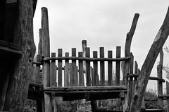 Geländer des Klettergerüstes (Lichtabfall) Tags: holz playground spielplatz schwarzweiss monochrome blackandwhite blackwhite wood einfarbig buchholz buchholzidn geländer banister