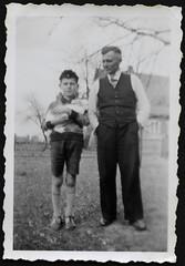 Archiv K356 Vater und Sohn mit Kaninchen, 1930er (Hans-Michael Tappen) Tags: archivhansmichaeltappen vater sohn father son kaninchen rabbit outdoor fotorahmen kleidung outfit kniestrümpfe sandalen mütze krawatte 1930s 1930er man boy