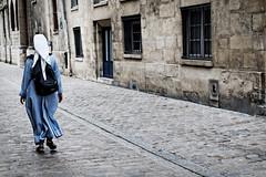 La religieuse de la rue du grenier sur l'eau (Paolo Pizzimenti) Tags: paris film paolo femme olympus chapeau f18 rue zuiko omd 25mm grenier em1 religieuse pellicule m43 mirrorless
