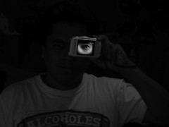 Fallando por 5 mm.  (eseyosoyese) (Xic Eseyosoyese (Juan Antonio)) Tags: fallando por 4 al poner la foto del ojo sobre mi rostro y sacar pero me gusto eso subo flickr sonrisa alegra dems alcoholes galcticos blanco negro monocromtico canon powershot sx170 is que viva vida yo hoy fail 5 milimetros poniendo un peln desviada cmara interior