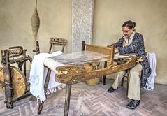 COMACCHIO. ANTICHI MESTIERI. (FRANCO600D) Tags: comacchio lavoro telaio telaioartigianale tessitura antichimestieri macchinario donnaaltelaio tessile artigianato tessuto arcolaio canon eos600d sigma franco600d