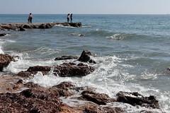 Rocas y olas (joseviparra) Tags: santapola mar sea costa olas algas personas gente people seaweed rocas rocks