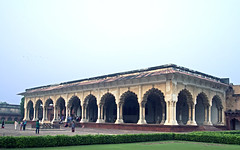 16 3118 - Inde, Agra, le Fort Rouge, le Diwan-I-Am (jeanpierreossorio) Tags: inde agra fortrouge palais chteau colonne