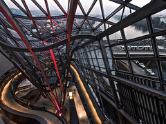 Lyon - Muse des Confluences. (Gilles Daligand) Tags: lyon rhone musedesconfluences hall puitsgravit architecture structurebatiment enchevetrement rampe pietons olympus omdem5