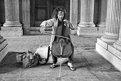 Le Musicien du Louvre avec les tongs (Paolo Pizzimenti) Tags: paris film paolo louvre olympus f18 viola alto zuiko omd argentique 25mm colonne cheveux musicien em1 pellicule m43 mirrorless dosineau