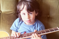 1984 - David mit Gitarre- (Affendaddy) Tags: child 1984 boychild collectionklaushiltscher oursondavid