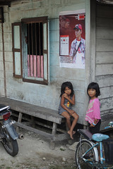 Bored kids - Singkil (-AX-) Tags: sumatra indonesia aceh btiment singkil personnesenfants