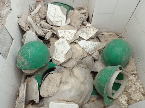 Des casques laissés à l'abandon dans les sanitaires