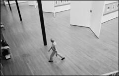 PAR383980 Ferdinando Scianna 1983 ITALY, Milan. Henri CARTIER-BRESSON walking in his exhibition... (gorbutovich) Tags: artgallery colonne column italianpeople manallages masculin promenade walk woodflooring