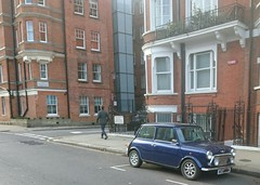 Mini 1.3i Automatic in Chelsea (boysnips) Tags: mini originalmini famous britishclassic austinrover classiccar blue pets english england chelsea london 13i limitededition apartments flats mansions