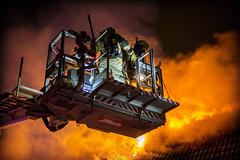 lmh-rundtjernveien114 (oslobrannogredning) Tags: bygningsbrann brann brannvesenet brannmannskaper slokkeinnsats brannslokking brannslukking stigebil lift høydemateriell arbeidihøyden arbeidpåtak taksikring hulltaking brannlift